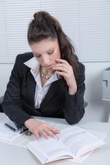 Geschäftsfrau am Schreibtisch