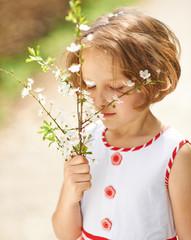 Mädchen riecht an Kirschblüten