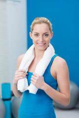 lächelnde frau im fitness-center