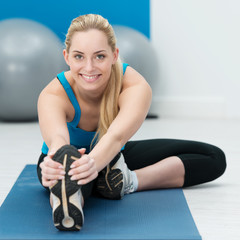 aktive frau im fitnesscenter