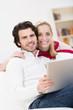 glückliches paar zu hause mit laptop