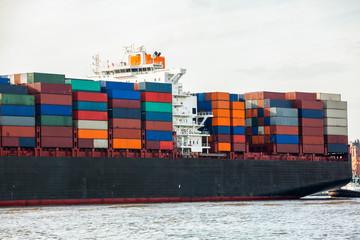 vollbeladenes frachtschiff mit containern auf dem wasser