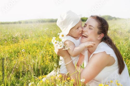 mama und kind im feld