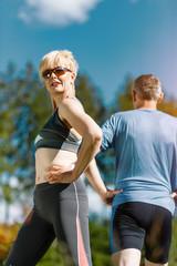 Senior Paar treibt Sport in der Natur