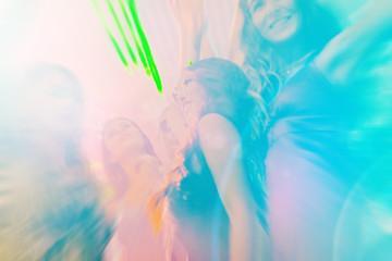 Leute bei Party in Disco Club tanzen