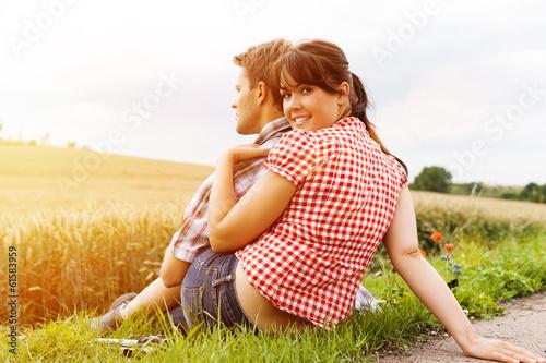 Junges sportliches Paar beim Wandern