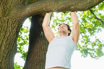 Fitness - Mann beim Training mit Klimmzügen