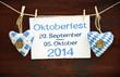 2 Stoffherzen Oktoberfest auf Holzbrett