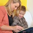 Mutter liest Kind aus Buch vor