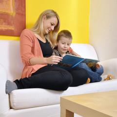 Mutter und Kind lesen Buch