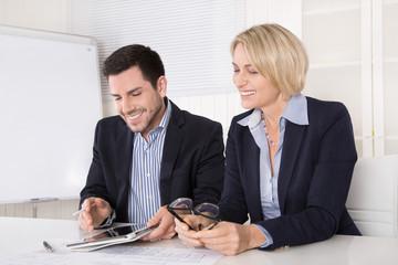 Kaufleute im Büro in einem Meeting: Angestellter und Chefin