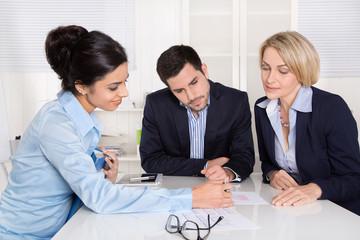 Business Team: Männer und Frauen im Gespräch