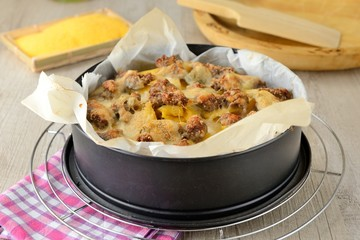 Teglia di polenta pasticciata con salsiccia e formaggio fuso