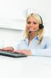 frau telefoniert über kopfhörer