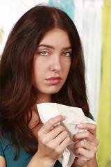 Frau mit Erkältung und Taschentuch - woman with cold