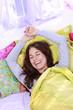 Hübsche Frau entspannt im Bett am Morgen - woman in bed
