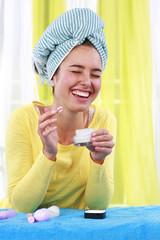 Lachende Frau trägt Hautcreme auf - woman with cream