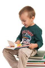 enfant feuilletant un livre