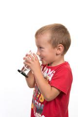 enfant buvant un verre d'eau