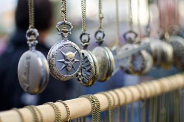 relojer colgados en el rastro