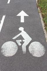 Vélo dessiné sur du goudron