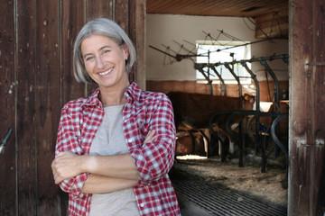 Ältere Frau auf dem Bauernhof
