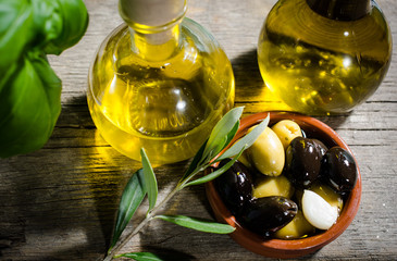 Olivenöl serviert mit grünen und schwarzen Oliven