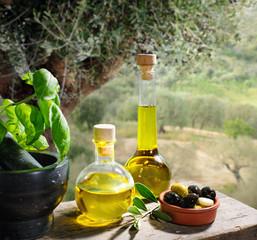 Öliven und Öl serviert im Olivenhain