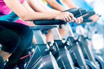 Spinning Training im Fitnessstudio für Fitness