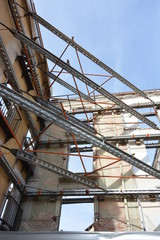 Fachada de edificio en ruinas apuntalado