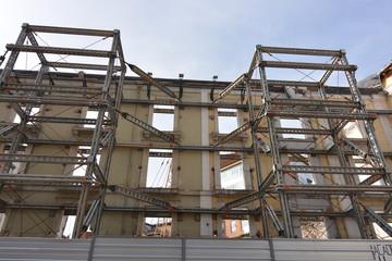 Fachada principal de edificio en ruinas apuntalado (burgos)