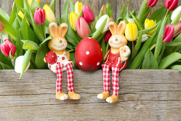 Ostermotiv: Hasenpaar mit einem gepunkteten Ei