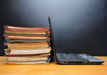 Laptop mit Akten