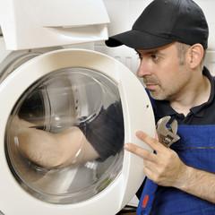 Handwerker repariert defekte Waschmaschine