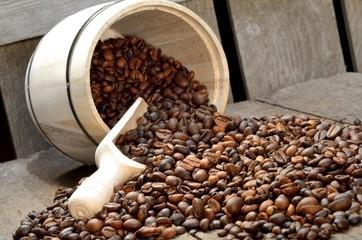 Holzlot und Holzfass mit Kaffeebohnen