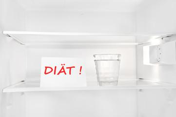 Diät - Leerer Kühlschrank mit Wasserglas