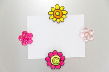 Zettel mit vier bunte Magneten