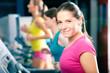 Fitness Gruppe auf Laufband im Studio