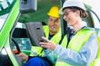 Bauarbeiter diskutiert mit Bauleiter Baupläne