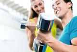Paar mit Hanteln beim Fitness Sport