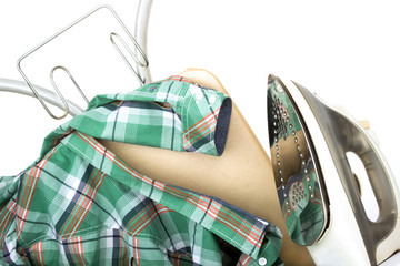 Bügeleisen Bügelbrett und Hemd