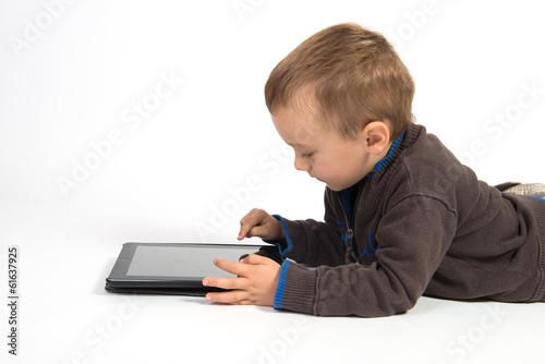 enfant et tablette tactile