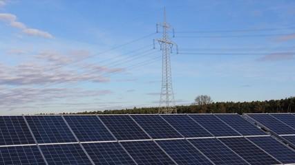 Strommast mit Solarfeld