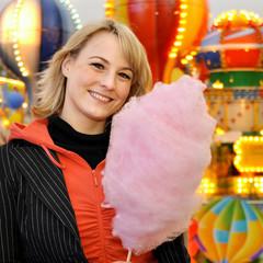 Twen auf Jahrmarkt isst Zuckerwatte