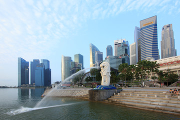 SINGAPORE-March, 10 - The Merlion fountain and Marina Bay with m