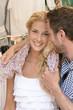 Glücklich lachendes Paar im Sommer Urlaub auf Reisen
