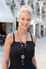 Hübsche junge blonde Frau im Sommer