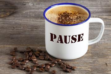 Kaffeebecher aus Emaille mit der Aufschrift: Pause