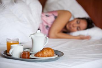 Schlafende Frau und Frühstück am Bett