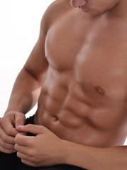 Hombre atleta ejercitando abdominales.